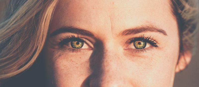 Femme beau yeux OphtalCaps - Laboratoire Naturoscience